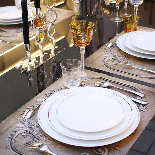 Franču sudraba galda piederumu krāšņums